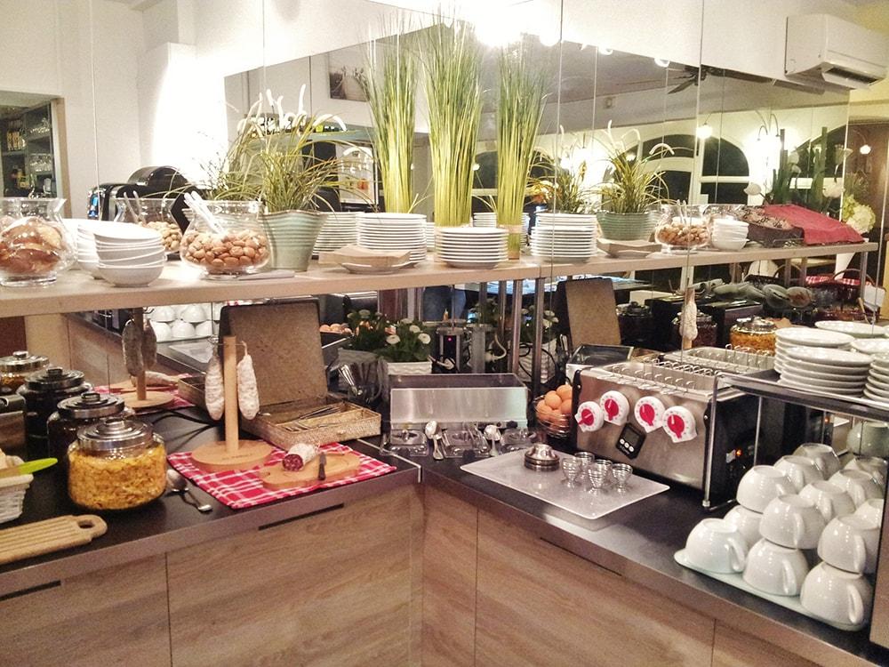 Buffet du petit-déjeuner à l'hotel Fabian des Baux
