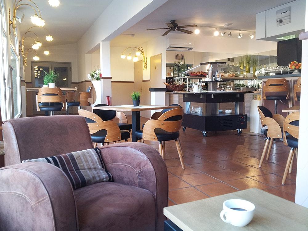 Salle du petit-déjeuner à l'hotel Fabian des Baux